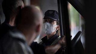 Una policía realiza un control en Vallecas, Madrid