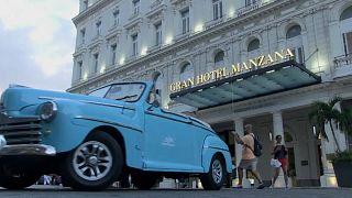 Imagen de archivo de un vehículo ante el Gran Hotel Manzana Kempinski de La Habana