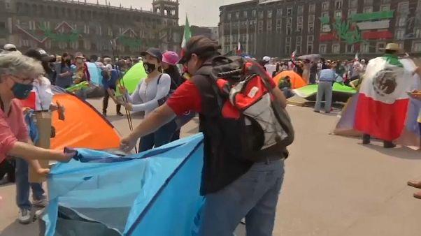 Opositores acampan frente al Palacio Presidencial en Ciudad de México