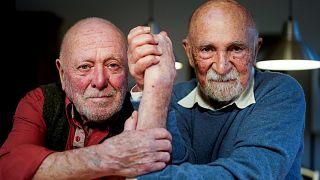 Le sculpteur et dessinateur Koenraad Tinel (à gauche) et l''avocat et pianiste belge à la retraite Simon Gronowski (à droite) pose lors d'une interview le 24 février 2020