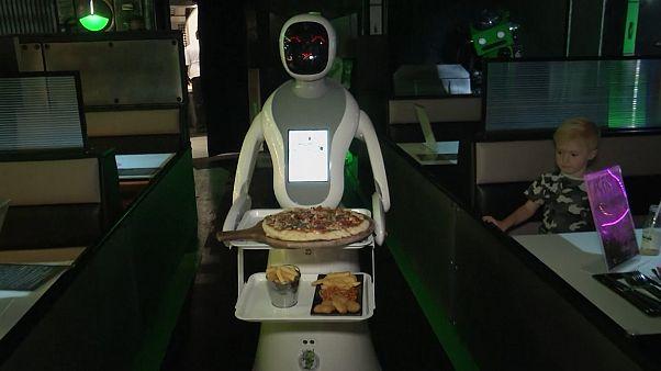 В британском ресторане еду посетителям развозят роботы