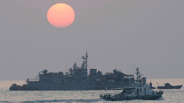 Dél-koreai hadihajó a Jonpjong-sziget közelében