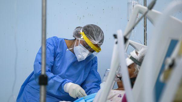 Koronavírusos beteg ápolása intenzív osztályon, Koszovó, 2020 szeptembere