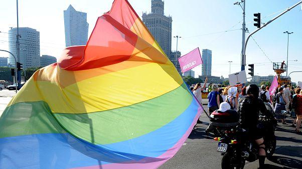 Marcha em Varsóvia em defesa da comunidade LGBTQI