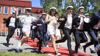 Frissen érettségizett fitalok a stokcholmi Nacka gimnázium előtt 2020. június 3-án