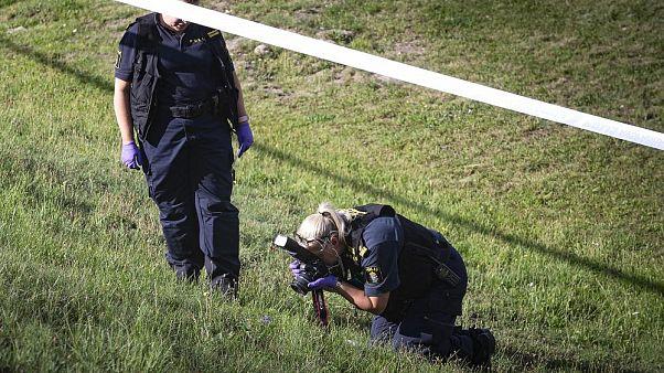 Los forenses trabajan cerca de una gasolinera en Botkyrka, Suecia, donde una chica fue asesinada el 2 de agosto de 2020.