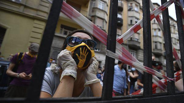 Az SZFE-mozgalom jelképe egy tiltakozó maszkján