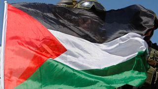 سربازان اسرائیلی پشت پرچم فلسطین