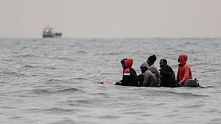 Migranti a bordo di una barchetta mentre cercano di attraversare la Manica