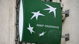 """شعار """"بي إن بي باريبا"""" في مدينة مونبلييه الفرنسية. 2014/06/23"""