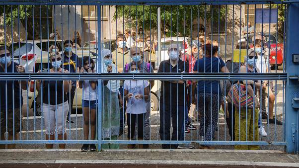 Des familles devant le lycée Giovanni Battista Morgagni à Rome, Italie le 14 septembre 2020