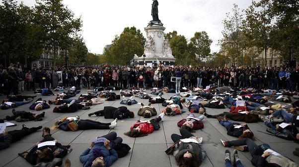 A fekvő tüntetők kezében a papíron családon belüli erőszak áldozatainak a nevei szerepelnek