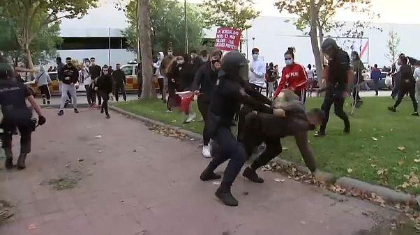 La Policía detiene a una persona durante la concentración ante la Asamblea de Madrid
