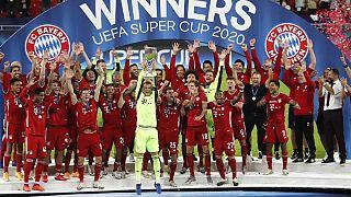 Los jugadores del Bayern posan con la copa