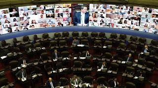 L'écran panoramique installé au Parlement argentin à cause de la pandémie de Covid-19 - Buenos Aires, le 13 mai 2020