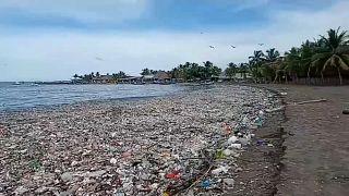 Playa cubierta de basura en la costa de Honduras