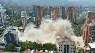 Polgármesteri utasításra 2019-ben felrobbantották Escobar egyik hatszintes palotáját Medellínben. A helyére parkot telepítettek.