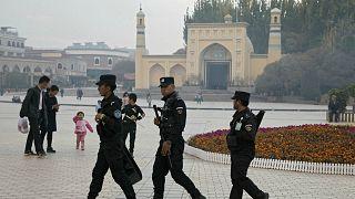 Doğu Türkistan'ın Kaşgar kentindeki İdgah Camisi'nin önünde devriye gezen güvenlik görevlileri (arşiv)