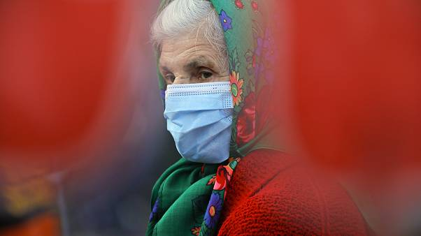 Frau mit Mundschutz in Bukarest