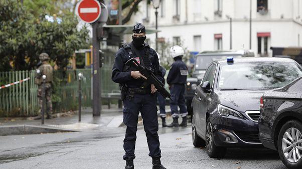 Polícia junto a local de ataque com arma branca em Paris