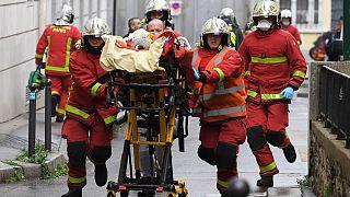 A támadás egyik sebesültjét szállítják a mentők