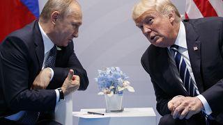 الرئيس الروسي فلاديمير بوتين متحدثا إلى نظيره الأمريكي دونالد ترامب