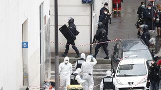 Des policiers sur les lieux d'une attaque au couteau près des anciens bureaux du journal satirique Charlie Hebdo, vendredi 25 septembre 2020 à Paris, France