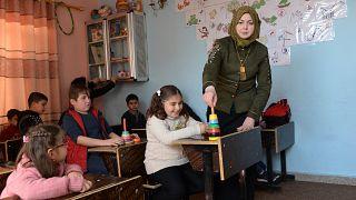 أطفال من ذوي الاحتياجات الخاصة يحضرون درسا في مركز إعادة التأهيل في مدينة الموصل شمال العراق