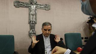 Кардинал Джованни Анджело Беччу выступает перед журналистами на пресс-конференции в Риме