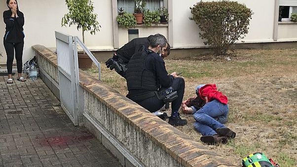 Мужчина, получивший ножевые ранения в окружении полицейских. Париж. 25 сентября 2020 г.