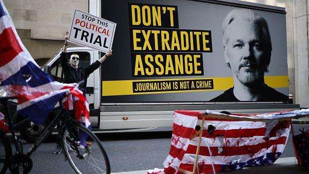 متظاهر يحتج أمام محكمة وسط لندن حيث جرت جلسة استماع ضد مؤسس ويكيليكس. 2020/09/14