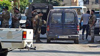 جنود لبنانبون يقفون عند حاجز في منطقة البداوي إثر مداهمة لاعتقال مشتبه به. 2020/09/14