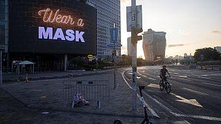 Φωτεινή πινακίδα καλεί τους πολίτες να φορέσουν μάσκα στο Τελ Αβίβ