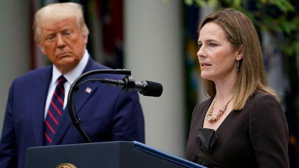 Donald Trump osserva il giudice Amy Coney Barrett durante il suo primo discorso alla Casa Bianca. 26.9.2020