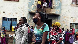 Zimbabwe : bas les masques