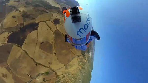 David Tejeiro surpreende com acrobacia em parapente e fato de asas
