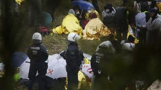 Des militants opposés à la mine de charbon de Garzweiler en Allemagne sont entourés de policiers lors d'une manifestation, le 26 septembre 2020