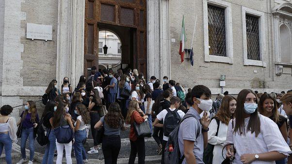 طلبة متجمعون أمام كلية فيسكونتي في روما. 2020/09/14