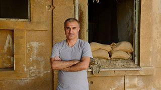 امید طوطیان، هنرمند پناهجوی ایرانی، از نیمه ماه سپتامبر در منطقه حائل در جزیره قبرس سرگردان است