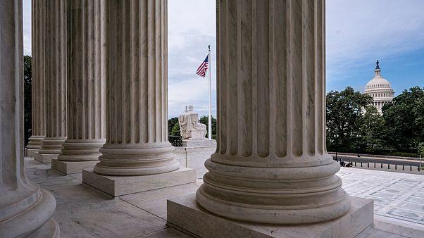 أعمدة المحكمة العليا وفي الخلفية مبنى الكابينتول في واشنطن. 2020/06/15