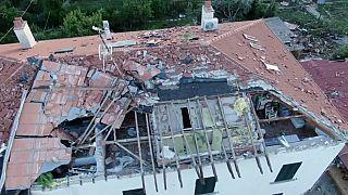 الزوابع تقتلع أسقف المنازل في توسكانا