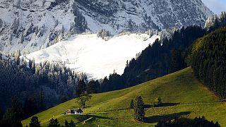 De la neige fraîche est visible sur les pentes de la montagne Moleson, près des pâturages encore verts, le samedi 26 septembre 2020, à Moleson, en Suisse.