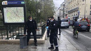 صورة لعناصر من الدرك الفرنسي بالقرب من موقع هجوم باريس