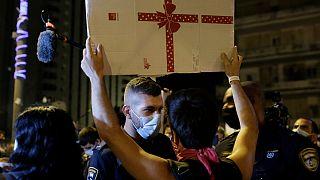 Polícia e manifestantes em confronto devido às regras antipandemia em Israel