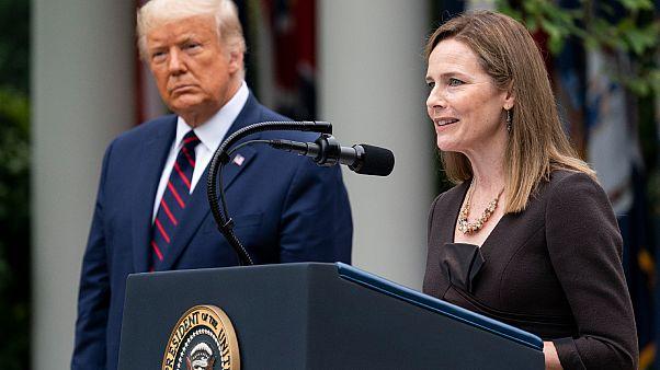 القاضية إيمي كوني باريت رفقة الرئيس دونالد ترامب  في حديقة الورود بالبيت الأبيض.