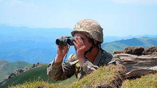جندي أرمني على خط الجبهة في منطقة تافوش في أرمينيا.