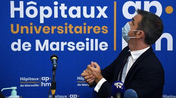 وزير الصحة الفرنسي أوليفييه فيران في مستشفى لا تيمون العام في مرسيليا، جنوب فرنسا.