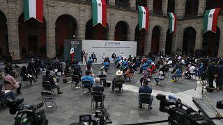 Ulusal Saray'da düzenlenen anma törenine katledilen 43 öğrencinin ailesi ile Meksika Devlet Başkanı Lopez Obrador katıldı