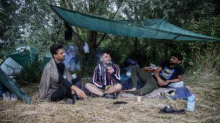 مهاجرون أفغانيون يقيمون في خيم في كالي شمال فرنسا