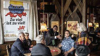 Los miembros del partido de la SVP se reunen en un restaurante
